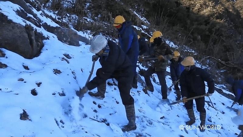 Có những ngày tuyết rơi lạnh cóng tay, đoàn kỹ sư vẫn miệt mài, nỗ lực xây dựng cáp treo Fansipan.