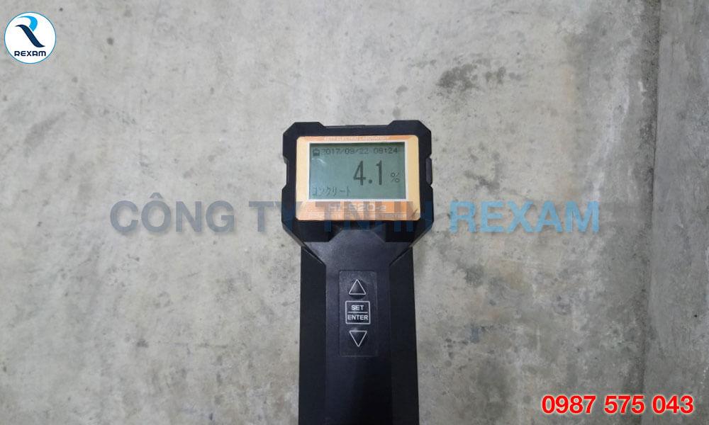 Trước khi thi công sơn Epoxy, bạn nên kiểm tra độ ẩm và tình trạng bề mặt bê tông.