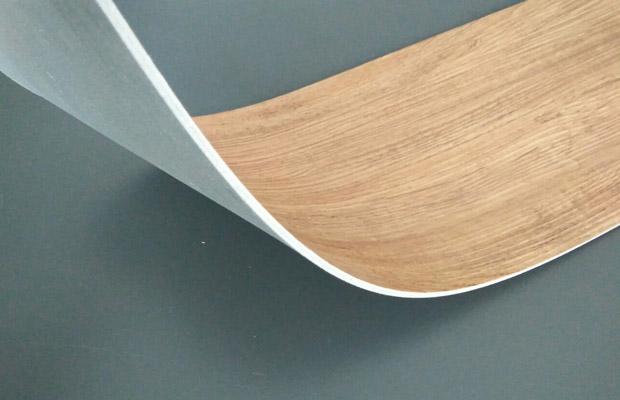 Sàn nhựa dán keo có độ bám dính cao giúp cố định ván với sàn