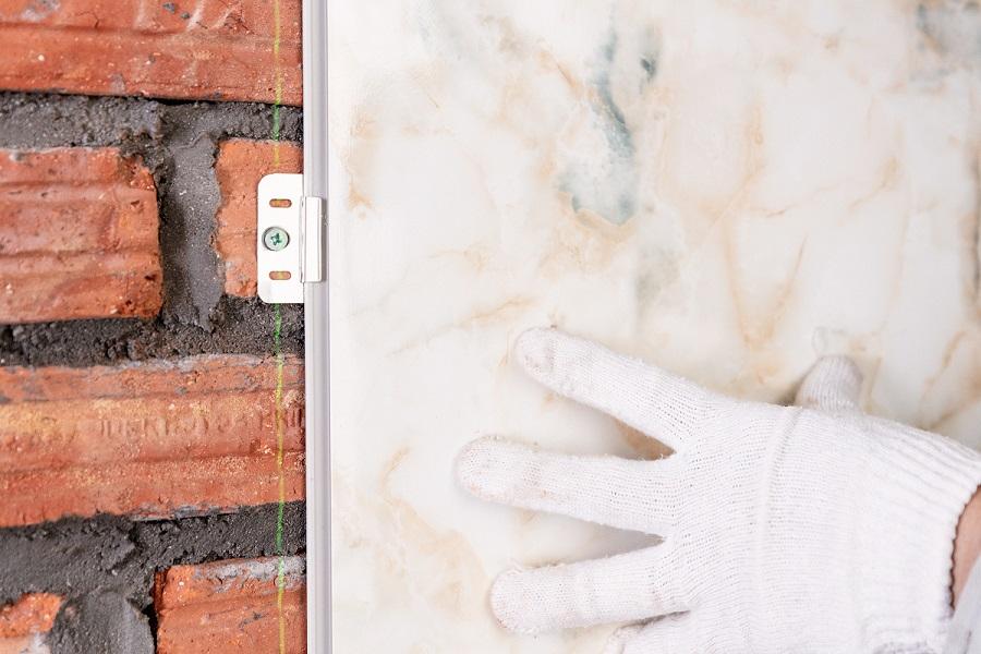 thi cong tam nhua op tuong 13 - Hướng dẫn cách ốp tường nhựa, chân tường nhựa chính xác