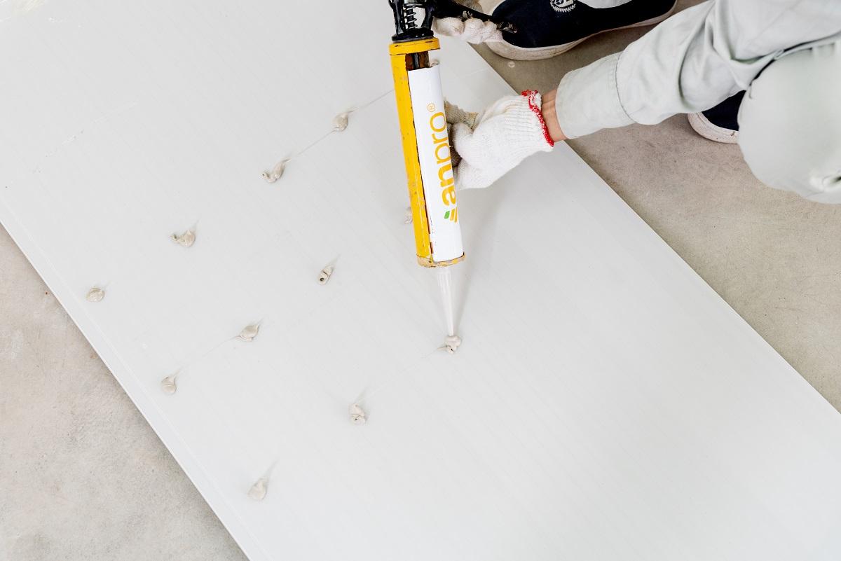 thi cong tam nhua op tuong 19 - Hướng dẫn cách ốp tường nhựa, chân tường nhựa chính xác