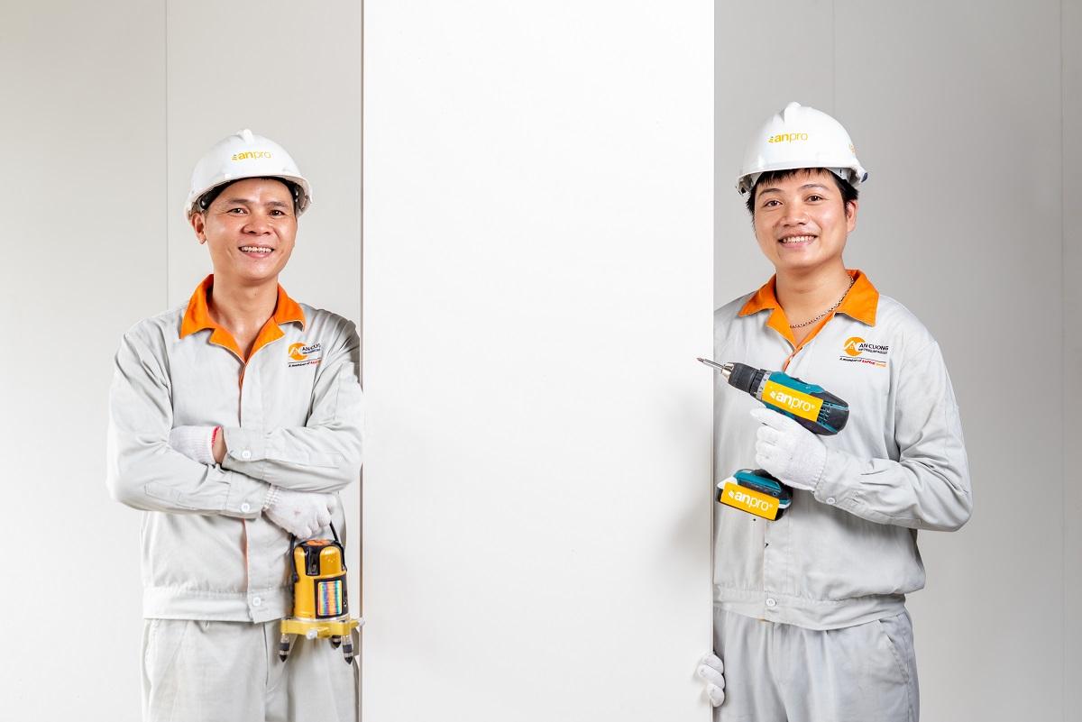 thi cong tam nhua op tuong 5 - Hướng dẫn cách ốp tường nhựa, chân tường nhựa chính xác