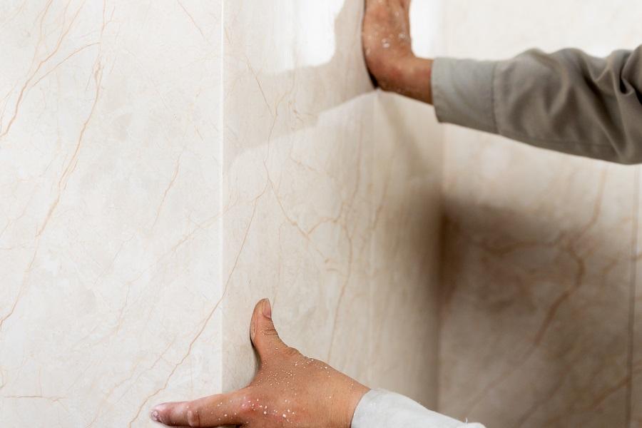 thi cong tam nhua op tuong 7 - Hướng dẫn cách ốp tường nhựa, chân tường nhựa chính xác