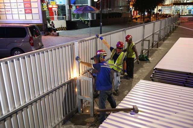 Xây dựng hàng rào tôn công trường
